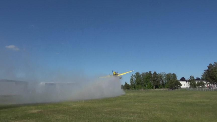 Mindre skopande flygplan fäller vatten