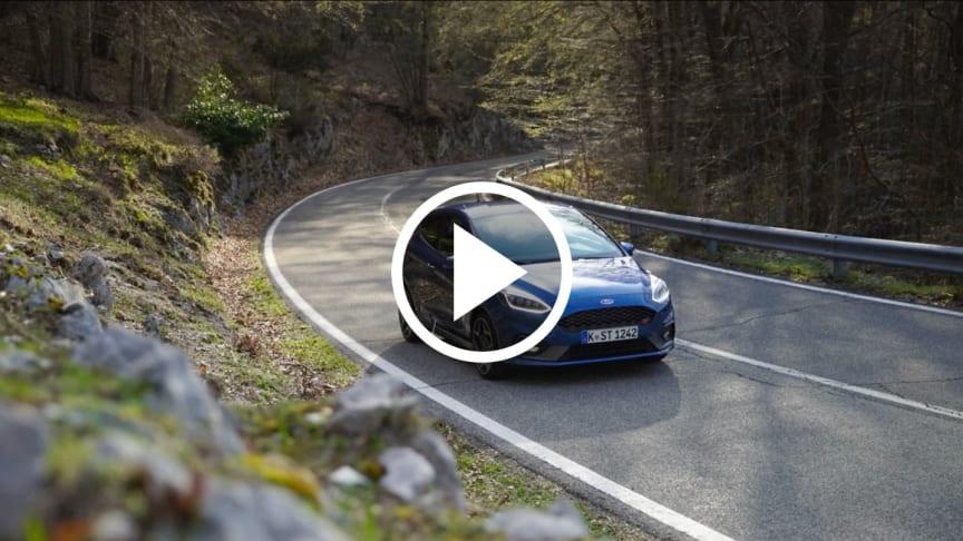 Ford Fiesta ST kör vägen Via Campocatino från staden Guarcino till skidorten Campocatino.