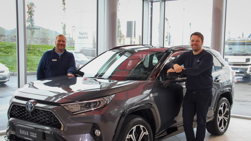 Vi er svært godt fornøyd med at Toyota ble det mest kjøpte bilmerket i Bodø i 2020, sier Tom Fossen og Karl-Einar Rengård hos Nordvik Toyota Bodø. Foto: Nordvik AS.