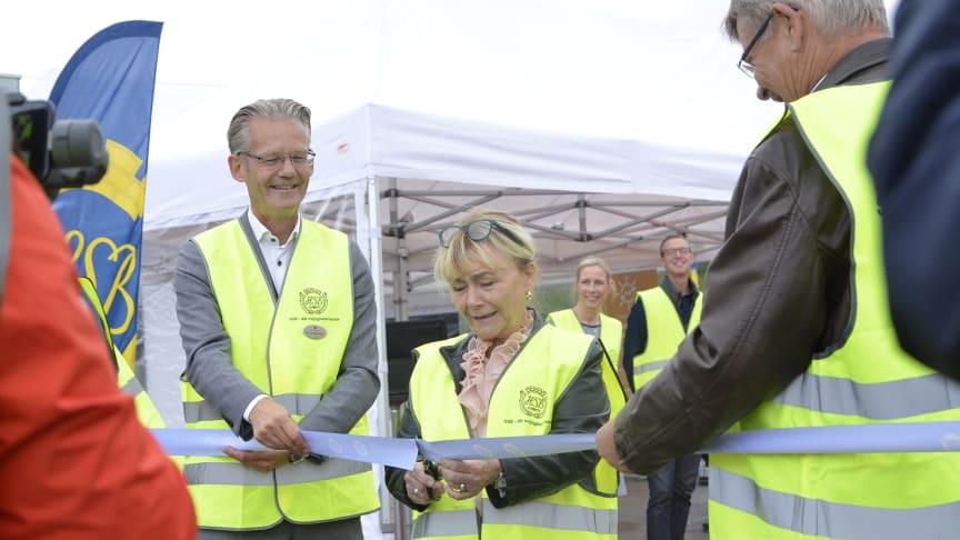 Södermanlands läns landshövding Beatrice Ask inviger solcellsparken. Med på bild även Jon Leo Rikhardsson, vd HSB Södermanland och Erik Zetterlund, ordförande HSB Södermanland.