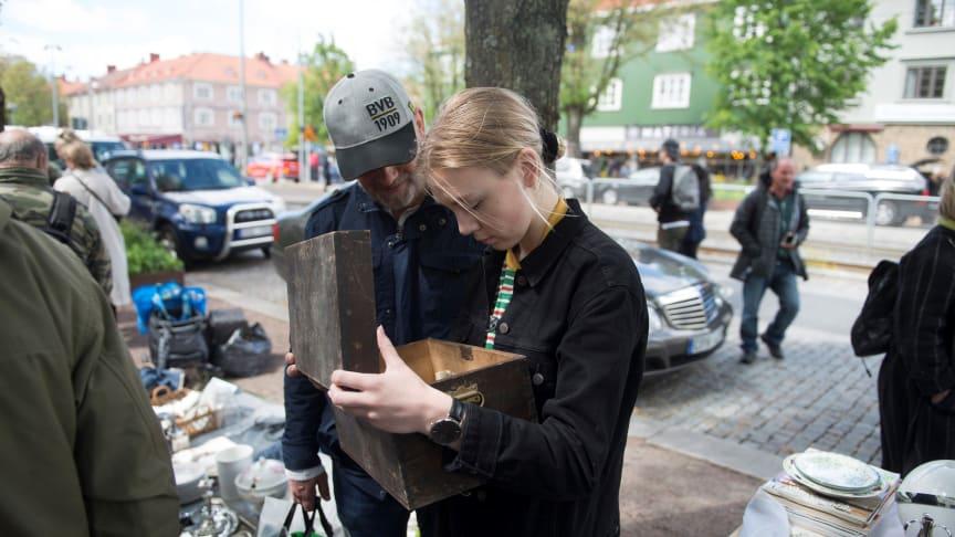 Maja Jansson tittar på en gammal tidningen som fanns i loppisfyndet. Foto: Erik Yngvesson