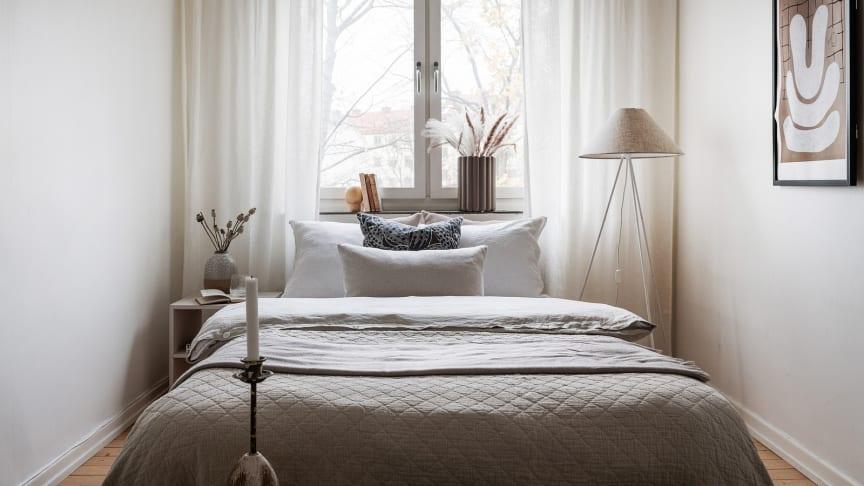 Genom att ha många kuddar i sängen skapar du en lyxig känsla. Stapla dem på varandra, ca 4-5 kuddar för en king size-säng är lagom.