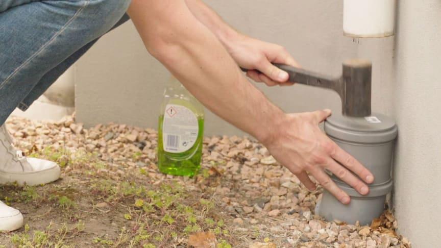 Såga av stupröret, plugga igen det så att inget kan komma ner i röret och ta hand om regnvattnet i trädgården. Använd diskmedel när du sätter på proppen så går det lättare.