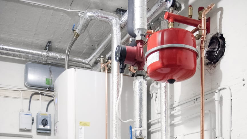 STANSER STØTTEN: Varmepumpe luft – vann er en teknologi som henter energi fra uteluften for å varme opp vann som distribueres i et internt distribusjonssystem i bygg.