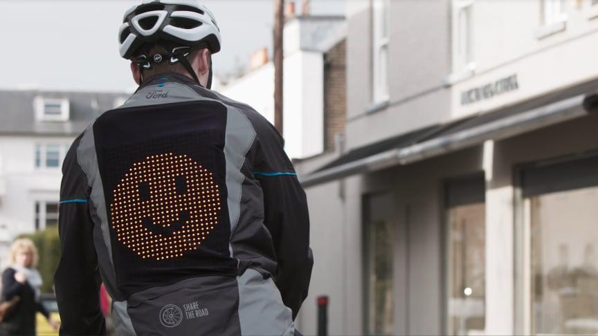 """""""Emoji bunda"""" má na zádech diody upevněné v síťovině"""