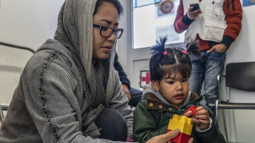 Shamseyehs dotter Zahra har autism. De kommer från Afghanistan men bor nu på ett litet utrymme i Morialägret. Foto: Anna Pantelia/Läkare Utan Gränser