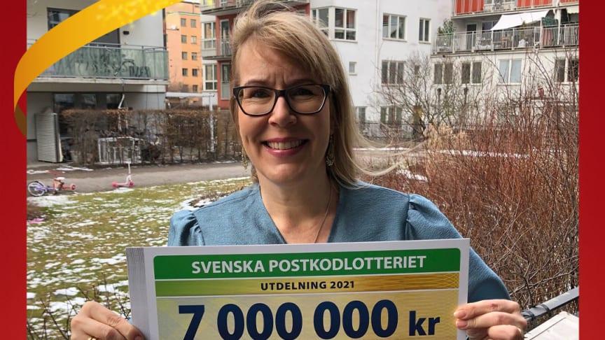Reumatikerförbundets generalsekreterare Stina Nordström med årets verksamhetsstöd från Postkodlotteriet