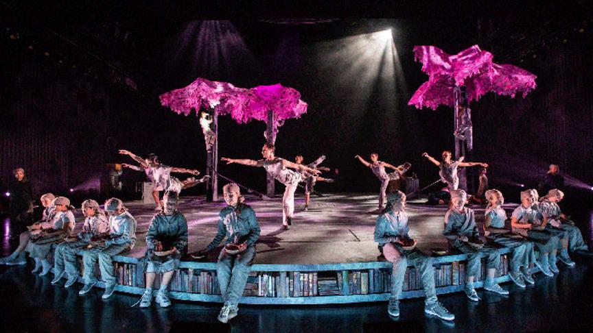 10 skodespelarar, 7 dansarar og 26 barn fordelte på 2 lag står saman på scenen i Bienes historie. Foto: Erik Berg.