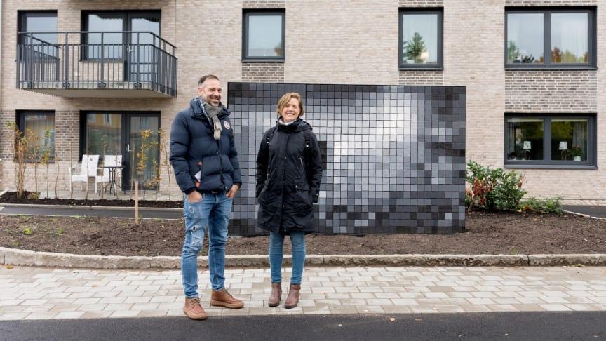 """Robert Hais, konstnär, och Sandra Lindén, HFAB:s projektledare, framför det nya konstverket """"Natural guidance""""."""