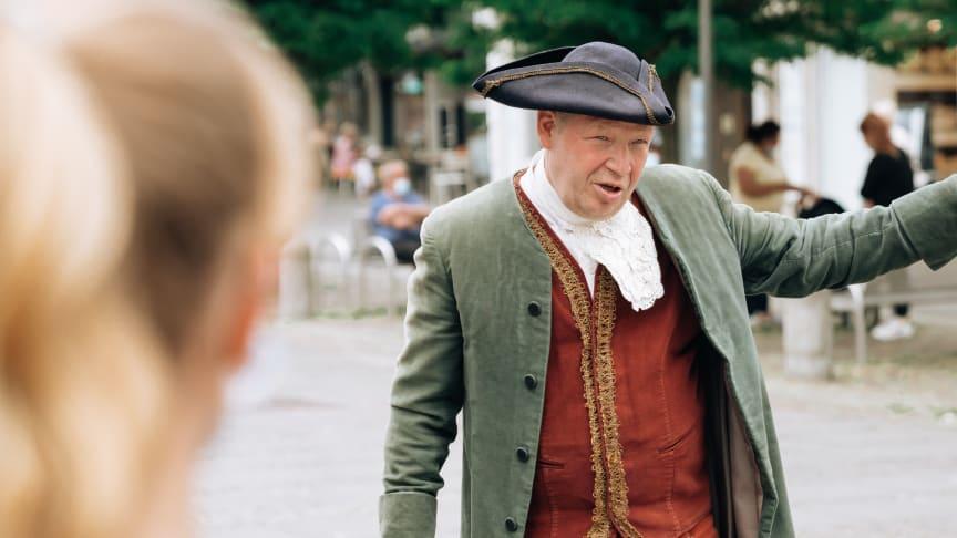 Johan Schweffel, Kieler Kaufmann aus dem 18. Jahrhundert nimmt die Gäste mit auf eine Zeitreise