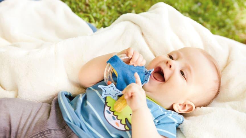 Neue Greiflinge für kleine Entdeckerhände. Da hat Baby gut lachen.