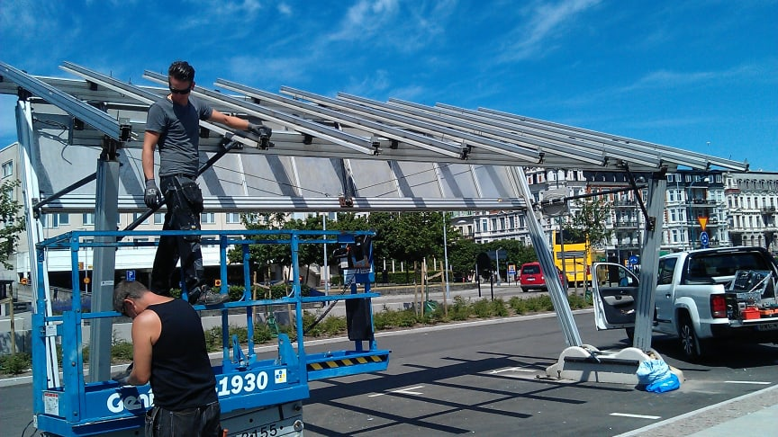 Solcellstaket till Helsingborgs elbilspool monteras på parkeringsplatsen söder om Knutpunkten