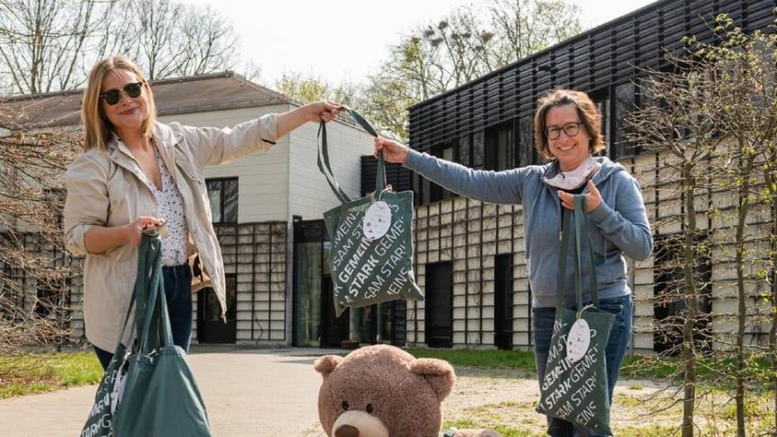 Die Gemeinsam-Stark-Beutel nahm Kerstin Stadler hocherfreut vor dem Kinderhospiz Bärenherz entgegen