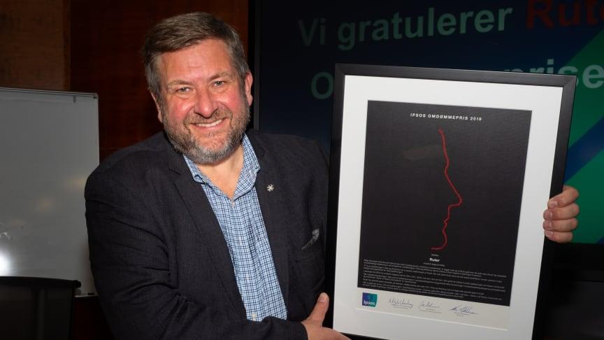 På vegne av Ruter mottok administrerende direktør Bernt Reitan Jenssen i dag Ipsos omdømmepris for 2019. Foto: Ipsos Norge