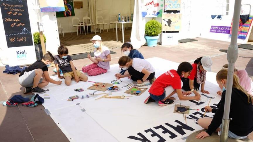 Aus Müll einzigartige Kunstwerke erschaffen! Die Künstler Robert Hecht und Dorien Lantin zeigen Kindern und Jugendlichen wie es geht.