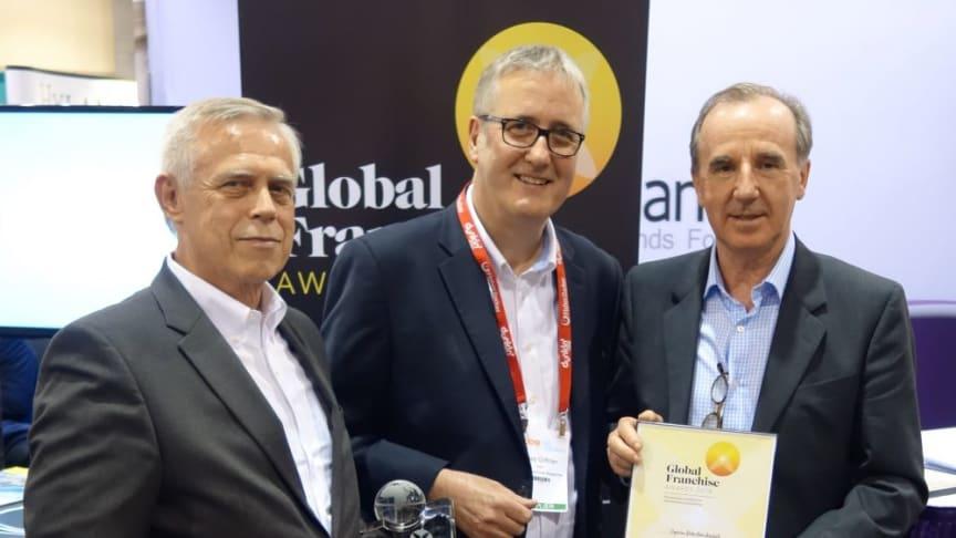 Fred Marfleet (th.) og Klaus Jeschke (tv.) modtog, på vegne af Expense Reduction Analysts, prisen som 'Best Business Franchise'