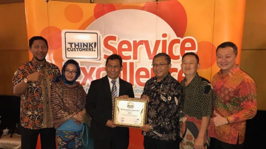 Jajaran Manajemen Epson Indonesia saat menerima Service Quality Award (SQA) 2017