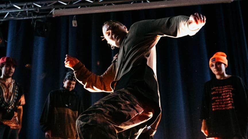 Dansaren och danspedagogen Theresa Gustavsson undervisar på Streetdance Camp i Folkets park i början av juli. Foto: Ali Jehad