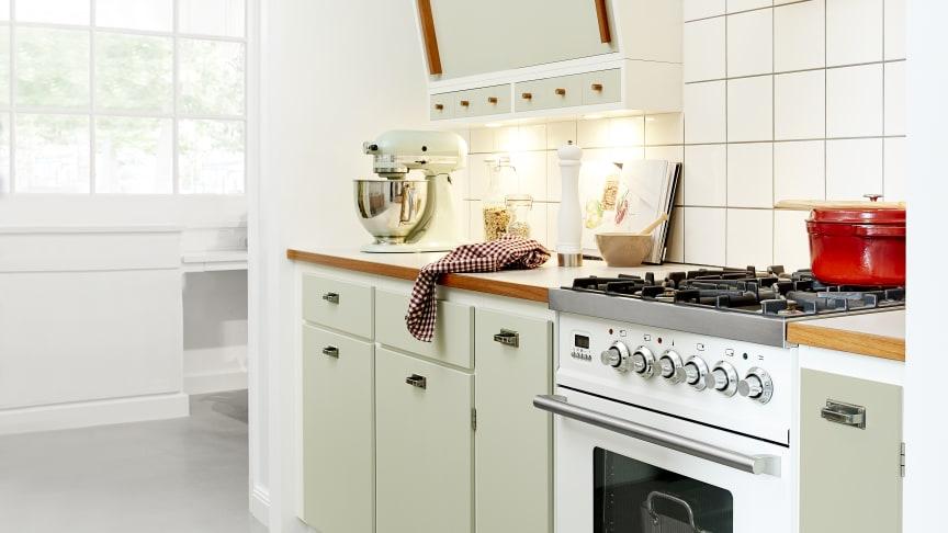 Med Kvänums omfattende kollektion af Retro køkkener får man optimale muligheder for at tage på en historisk rejse i køkkenuniverset tilbage til 1950'erne, 60'erne og 70'erne - eller som her til 1940'erne: Banér køkken i perlegrøn.