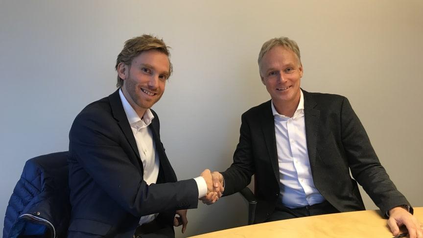 Emil Glimåker, vd på FordonsGas Sverige AB och Anders Östlund, vd på Öresundskraft, tar i hand efter avslutad affär.