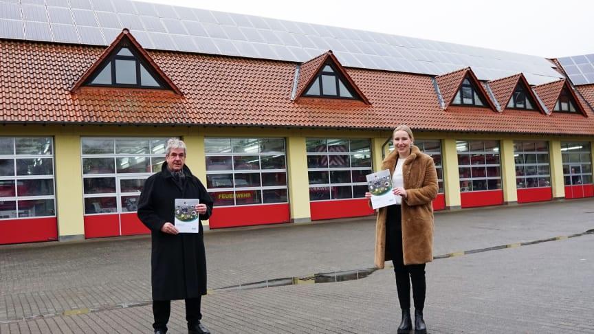 Vor der Feuerwache mit PV-Anlage: Brakels Bürgermeister Hermann Temme und Leonie Riekschnietz, Kommunalreferentin WW.