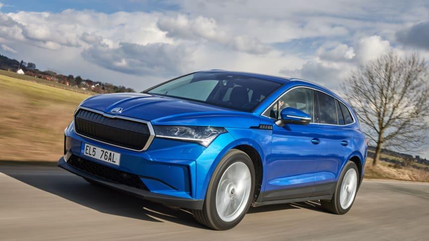 ŠKODA ENYAQ iV 80x har firehjulstræk, 265 hk og lynopladning. Den koster fra 389.995 kr.