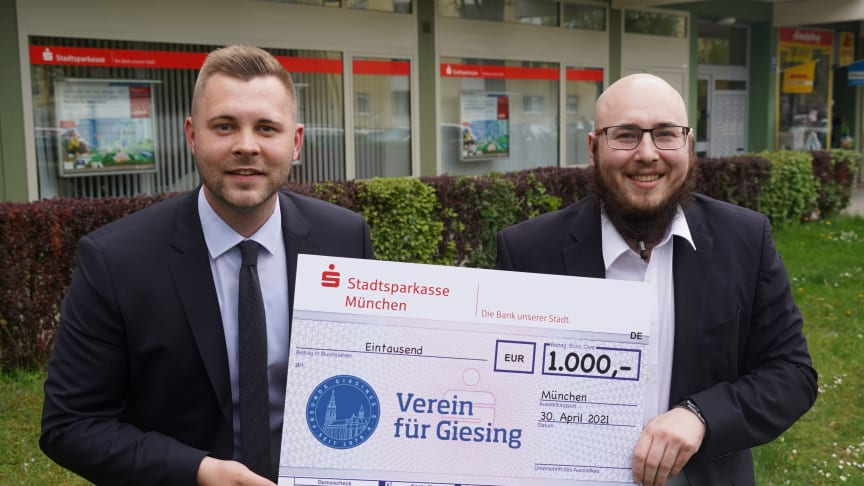 (v.l.) Filialleiter Kevin Kaltenhauser freut sich zusammen mit Sebastian Wuttke, Vereinsvorsitzender der Freunde Giesings e.V..