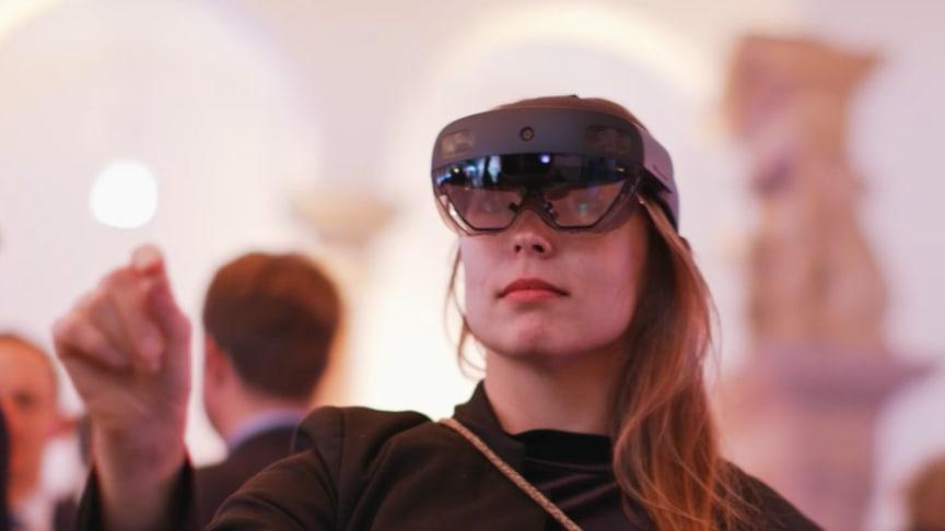 """Das Startup """"ApoQlar"""" präsentierte auf dem Gesundheitspolitischen Jahresauftakt der apoBank eine Entwicklung, die dem Arzt während der OP relevante Patientendaten als Hologramm in einer Brille anzeigt."""