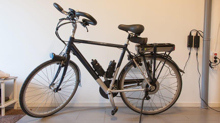 Elcykel på laddning. Foto: Shutterstock