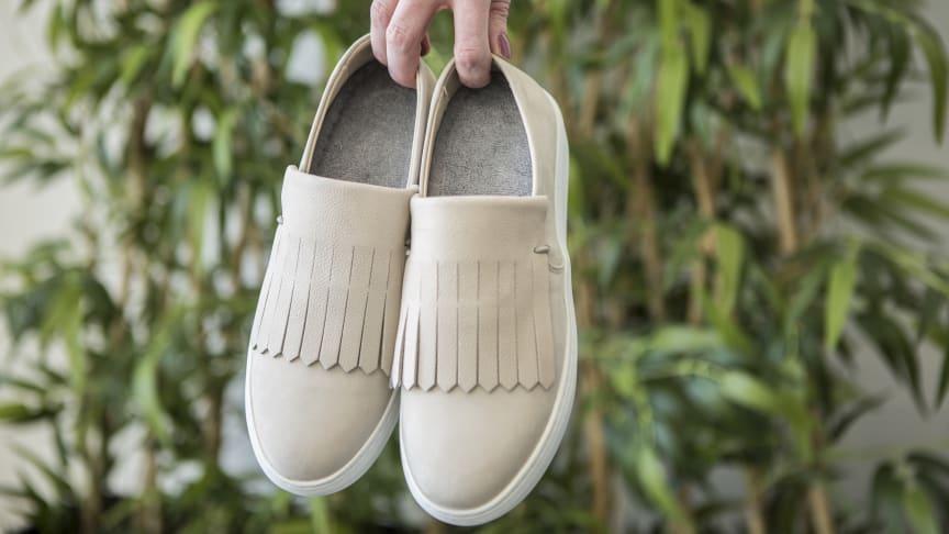 Foten svettas mycket under en dag. En sommarsula i frotté  suger upp fukten och bidrar till en fräsch sko.