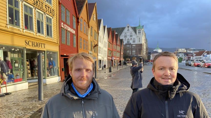 Prosjektlederne Jostein Soldal i Cowi og Lars Krangnes i Cautus Geo jobber sammen med overvåkningen av Bryggen i Bergen.