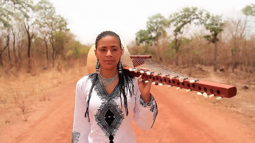 Som første kvinnelege koraspelar frå ei griotfamilie, bryt Sona Jobarteh frå Gambia ein 700 år gamal far-til-son-tradisjon. I sommar spelar ho i Norge for første gong.