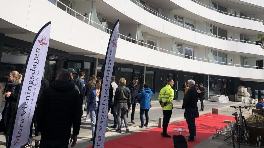 Det hade behövts fler broschyrer  i söndags, Hökerum Bygg hade inte räknat med det stora besöksantalet.