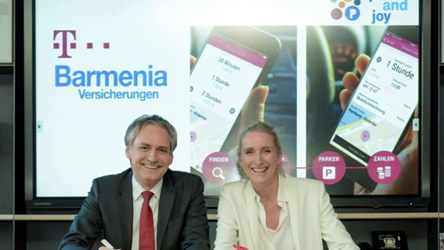 Unterzeichnung des LOI durch Anette Bronder, Mitglied der Geschäftsführung der T-Systems und Frank Lamsfuß, Mitglied der Vorstände der Barmenia Versicherungen
