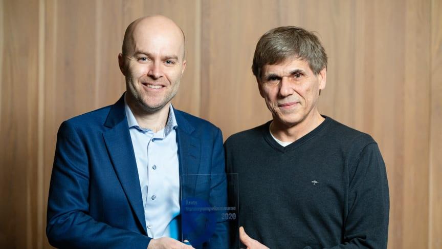 Prisvinner Bjørn Langjordet (til høyre) med Rolf Iver Mytting Hagemoen i Norsk Varmepumpeforening.