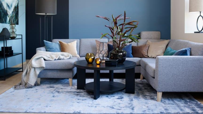 """Til denne vakre stuen, gir den mørkeblå fargen """"Havdyp"""" rommet en strammere og mer elegant følelse."""