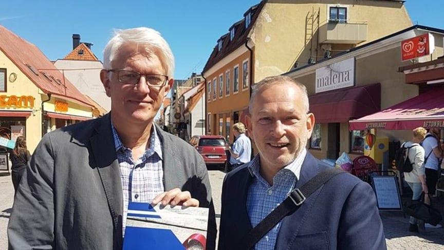 Från vänster i bild: Johan Carlson generaldirektör, Folkhälsomyndigheten och Peter Månehall ombudsman, Hiv-Sverige.