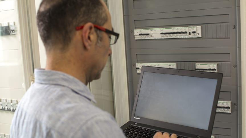 Schneider Electric-programvaren for testing og idriftsetting av digitale tavler, EcoStruxure Power Commission, gjør oppsetting, test og igangkjøring av lavspenningstavler enklere og raskere enn noensinne.