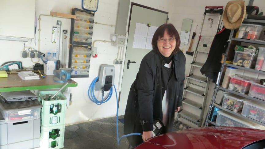 Testladerin Sabine Walkling aus Dibbesdorf hat ihre neue Wallbox installiert bekommen und lädt erstmalig ihr Elektrofahrzeug zu Hause.