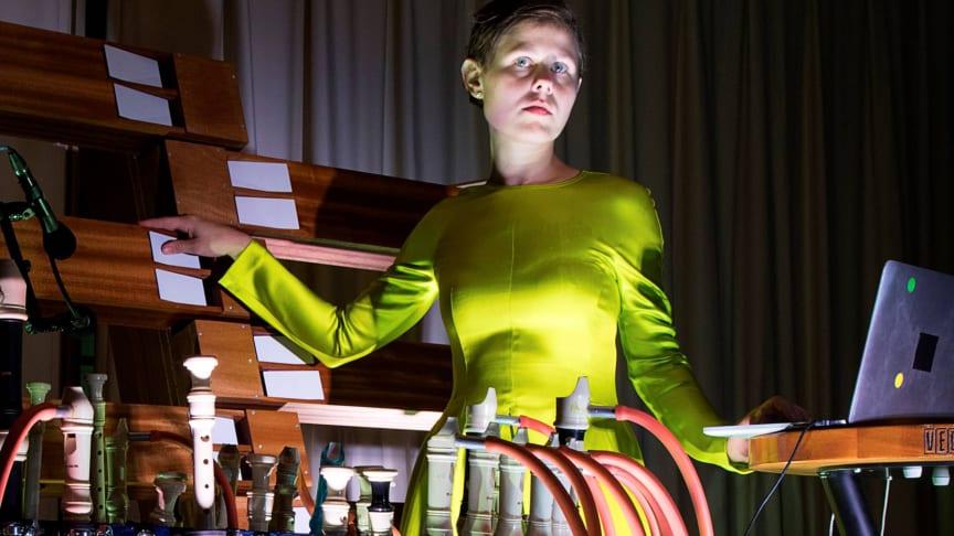 Foto af Ragnhild May under hendes performance TECHNO i VEGA|ARTS, som modtog bevilling ved ansøgningsrunden i maj 2019.  Fotograf: Frida Gregersen