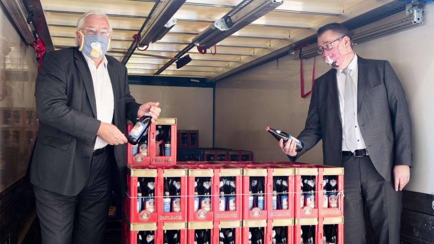 Übergabe der Getränkelieferung am Klinikum Großhadern für das Personal der LMU Kliniken. Direktor Prof. Dr. Karl-Walter Jauch (l.) und Pflegedirektor Marcus Huppertz (r.)