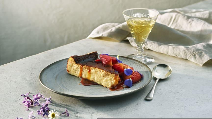 Nationaldagsmenyns dessert, Ostkaka med Västerbottensost® och somrig jordgubbskompott komponerad av Svenska Kocklandslaget.
