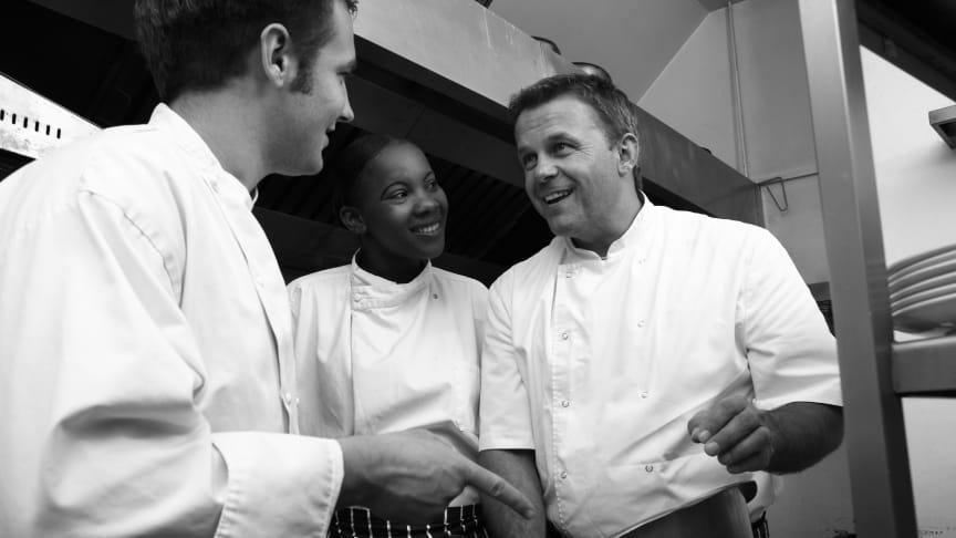 Restaurationsbranchen har tidligere haft svært ved at rekruttere medarbejdere, men branchen er nu begyndt at have flere kontanthjælpsmodtagere i småjobs