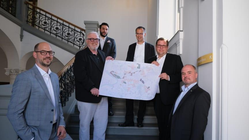 Glasfaserkooperation Krefeld (v.l.): Planungsdezernent Markus Beyer, Stephan Klaus (Deutsche Glasfaser), Rafael Markwald FB 61, Eckard Preen (Wirtschaftsdezernent), Oberbürgermeister Frank Meyer, Markus Munkenbeck (Deutsche Glasfaser). (Krefeld)
