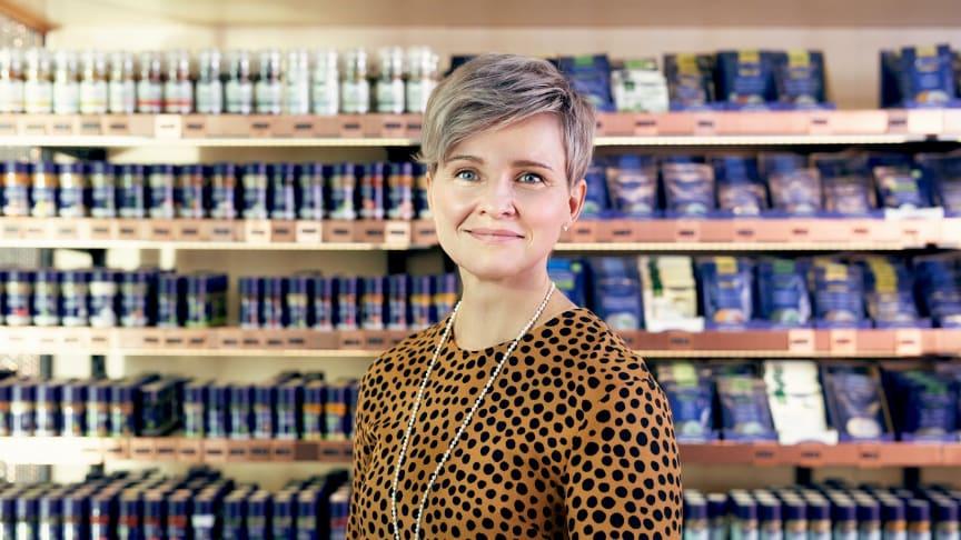 """Markkinointipäällikkö Kati Kyllönen kannustaa rohkeasti kokeilemaan uusia makuja. """"Laadukkailla tuotteilla onnistut aina."""" Kuva: Sini Suomi/Presser Oy"""