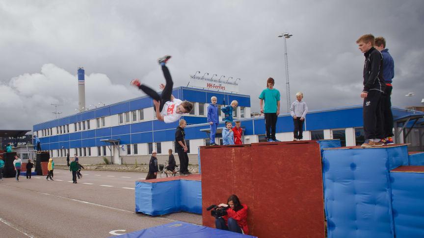 Övervinna hinder i fokus när läger för gatuakrobatik startar