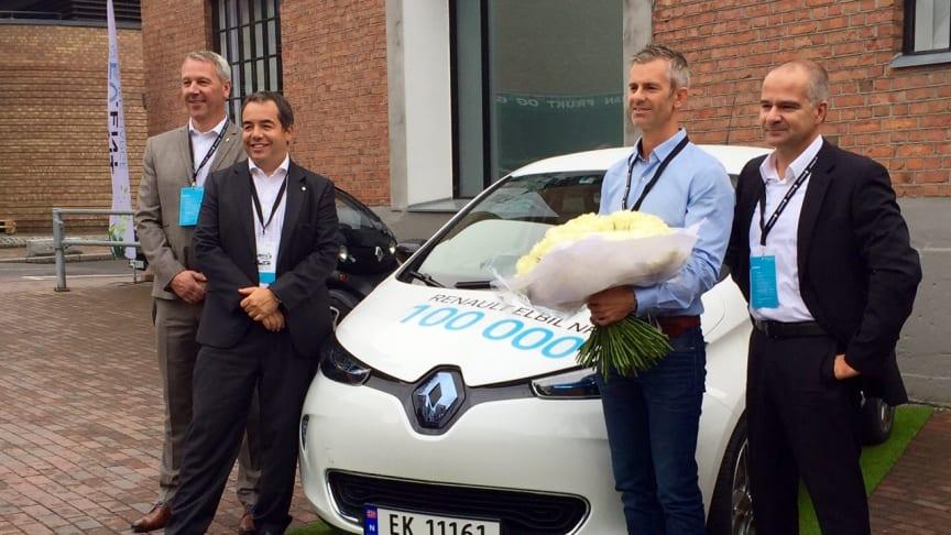 Fra venstre: Anders Gadsbøll fra Renault i Norge og Eric Feunteun, Director for Electrical Vehicle Division i Renault, samt direktør i Renault Nordic Sylvain Devos ( yderst th) overrakte nøgler og blomster til Åsmund Gillebo
