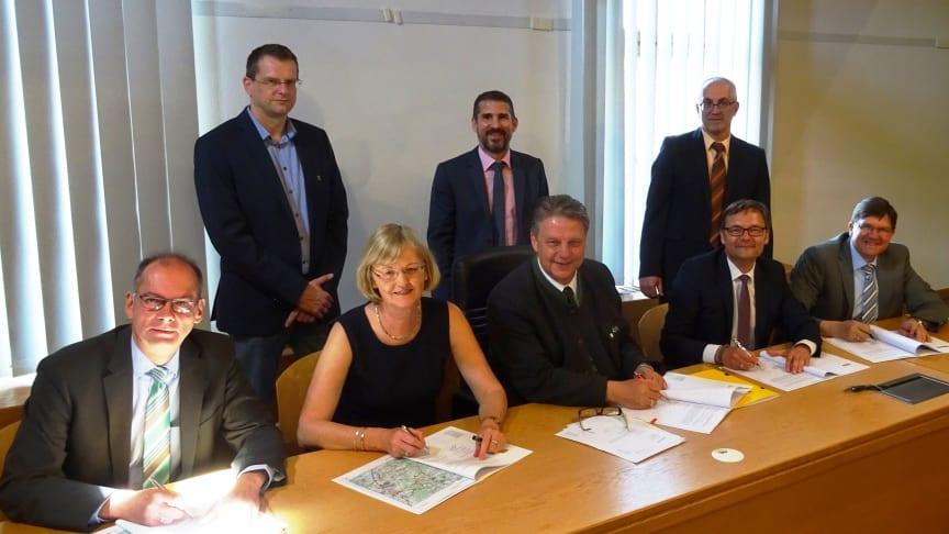 Die Bürgermeister Peter Keck (Rohrbach, l.), Jens Machold (Wolnzach, 5. v. l.) und Albert Vogler (Schweitenkirchen, r.) unterzeichnen im Beisein des Bayernwerk-Vorstandsvorsitzenden Reimund Gotzel (2. v. r.) die neuen Stromkonzessionsverträge.