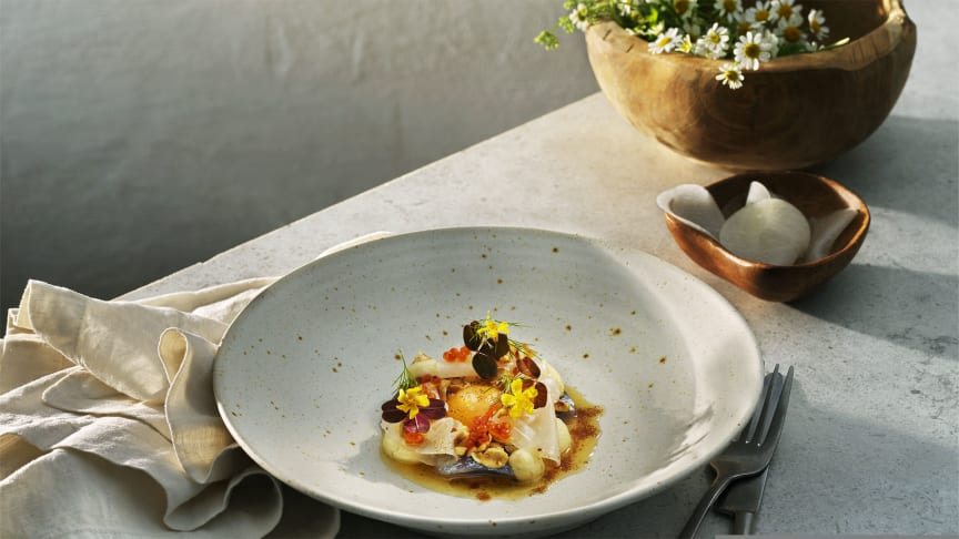Keramik från Brännland används vid presentationen av årets Nationaldagsmeny. Här förrätten med matjessill, forellrom och majonnäs med Västerbottensost®