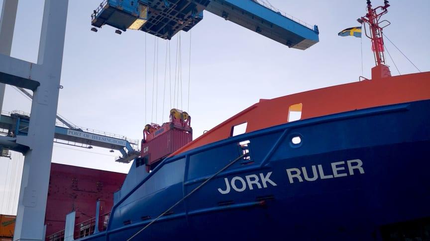 Årets sista container lyfts i land från fartyget Jork Ruler som trafikerar Containerships slinga till Helsingborgs Hamn.